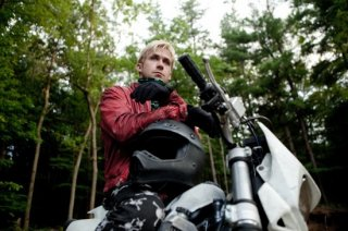 Ryan Gosling motociclista criminale per amore del figlio in The Place Beyond the Pines