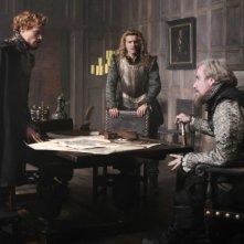 Sam Reid, Xavier Samuel e Rhys Ifans discutono animatamente in una scena di Anonymous