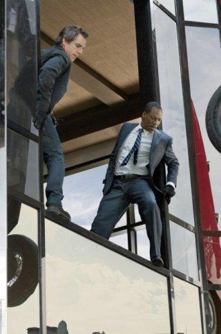 Eddie Murphy e Ben Stiller durante una scena d'azione del film Tower Heist: Colpo ad alto livello