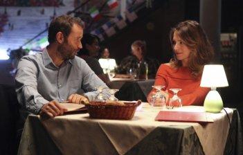 Fabio Volo cena romanticamente con Isabella Ragonese in una scena del film Il giorno in più