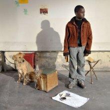 Il piccolo Blondin Miguel in una scena del film Miracolo a Le Havre