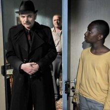 Jean-Pierre Darroussin e Blondin Miguel in una scena di Miracolo a Le Havre insieme a André Wilms