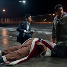 John Cho e Kal Penn in A Very Harold & Kumar Christmas, commedia natalizia della Warner Bros