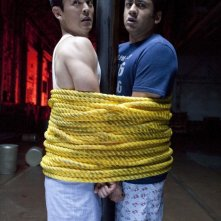 John Cho e Kal Penn in A Very Harold & Kumar Christmas, legati come salami