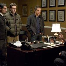 Michael Peña, Casey Affleck e Ben Stiller in una scena di Tower Heist: Colpo ad alto livello insieme a Judd Hirsch