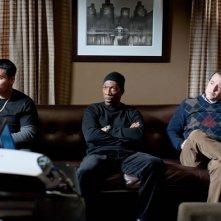 Michael Peña, Eddie Murphy e Matthew Broderick organizzano il loro piano in una scena di Tower Heist: Colpo ad alto livello insieme a Gabourey Sidibe e Stephen Henderson