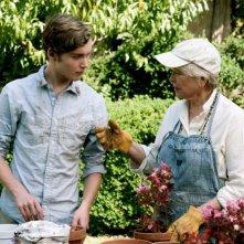 Un giorno questo dolore ti sarà utile: Toby Regbo insieme alla nonna Ellen Burstyn in una scena del film