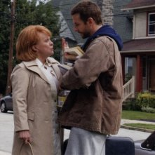 Bradley Cooper e Jacki Weaver in una scena di The Silver Linings Playbook