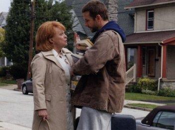 Bradley Cooper e Jacki Weaver in una scena di The Silver Linings Playbook