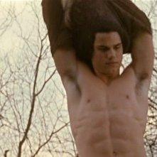 Taylor Lautner in New Moon mentre si toglie la t-shirt per soccorrere Bella