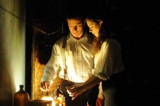 1921 - Il mistero di Rookford, Rebecca Hall e Dominic West in una scena tratta dal film