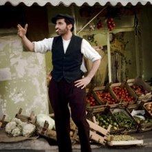 Almanya - La mia famiglia va in Germania: Denis Moschitto in una scena del film