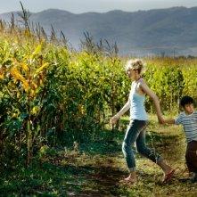 Almanya - La mia famiglia va in Germania: Petra Schmidt-Schaller insieme al piccolo Rafael Koussouris in una scena del film