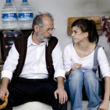 Almanya - La mia famiglia va in Germania: Vedat Erincin e Aylin Tezel in una scena del film