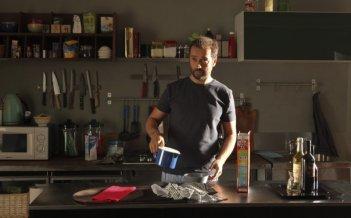 Fabio Volo in cucina in una scena del film sentimentale Il giorno in più