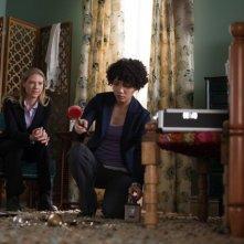 Fringe: Anna Torv e Jasika Nicole nell'episodio Subject 9