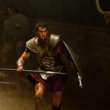 Henry Cavill con lancia e scudo in una scena d'azione di Immortals 3D