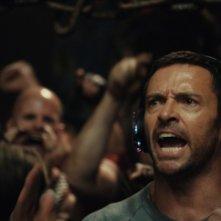 Hugh Jackman incita il suo robot sul ring in una scena di Real Steel