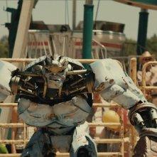 Hugh Jackman telecomanda il robot Ambush in una scena del film Real Steel