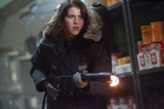 La Cosa: Mary Elizabeth Winstead da la caccia all'alieno in una scena del film