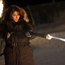 La Cosa: Mary Elizabeth Winstead spara delle fiamme in una scena del film
