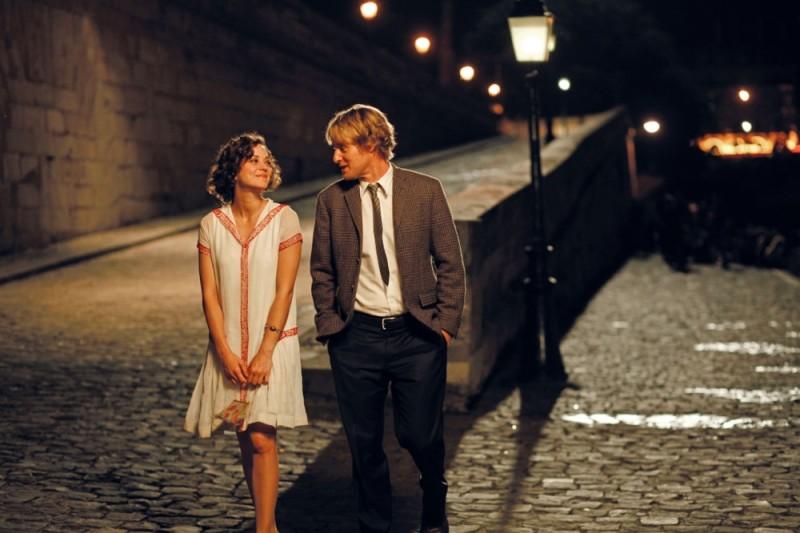 Marion Cotillard e Owen Wilson passeggiano sul lungo Senna in una scena di Midnight in Paris