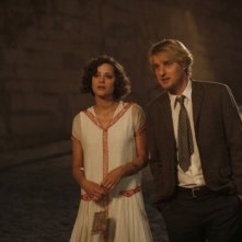 Marion Cotillard insieme a Owen Wilson in una scena di Midnight in Paris