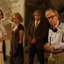 Marion Cotillard, Owen Wilson e Alison Pill insieme a Woody Allen sul set di Midnight in Paris