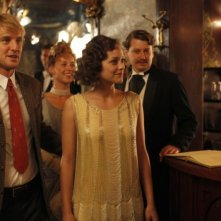 Midnight in Paris: Owen Wilson e Marion Cotillard in un bar in una scena del film