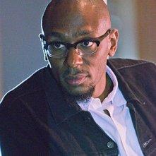Mos Def è Brother Sam in una scena del cruciale episodio The Angel of the Death