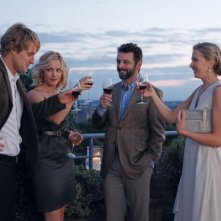 Owen Wilson e Rachel McAdams in una scena di Midnight in Paris insieme a Nina Arianda e Michael Sheen