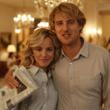 Owen Wilson e Rachel McAdams sorridenti in una bella immagine di Midnight in Paris