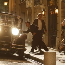 Owen Wilson entra in un locale notturno in una scena del film Midnight in Paris