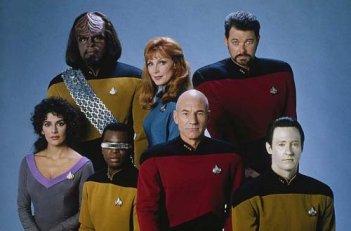 Patrick Stewart, Brent Spiner, Jonathan Frakes e il resto del cast di Star Trek: The Next Generation in una foto promozionale