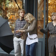 Rachel McAdams e Owen Wilson in una scena di Midnight in Paris insieme a Mimi Kennedy