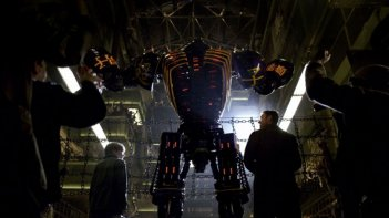 Real Steel: Hugh Jackman insieme a Dakota Goyo e a uno dei robot combattenti in una scena del film