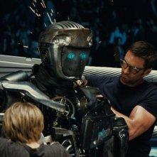 Real Steel: Hugh Jackman insieme a Dakota Goyo e al suo robot combattente in una sequenza del film