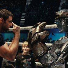 Real Steel: Hugh Jackman insieme a Dakota Goyo e al suo robot pugile in una sequenza del film
