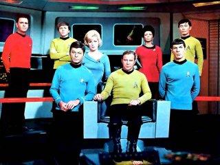 William Shatner, Leonard Nimoy, DeForest Kelley, Nichelle Nichols e George Takei in una foto promozionale della serie Star Trek