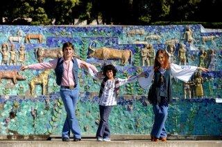 La kryptonite nella borsa: Cristiana Capotondi, Libero De Rienzo e Luigi Catani figli dei fiori in una scena del film