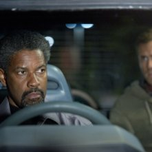 Denzel Washington e Ryan Reynolds in una scena del thriller Safe House