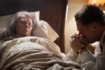 J. Edgar: Leonardo DiCaprio con Judi Dench in una scena drammatica