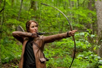 Jennifer Lawrence e il suo arco in una movimentata scena di The Hunger Games