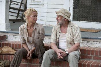 The Walking Dead: Laurie Holden e Jeffrey DeMunn in una scena dell'episodio Chupacabra