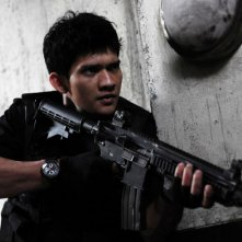 The Raid: Iko Uwais armato fino ai denti in una scena del film