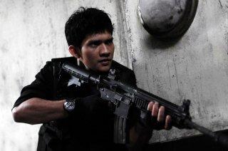 The Raid: Iko Uwais armato fino ai denti in una scena del film
