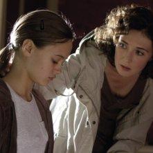 Carice van Houten in una scena di Intruders insieme a Ella Purnell