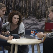 Carice van Houten in una scena di Intruders insieme a Ella Purnell e Kerry Fox
