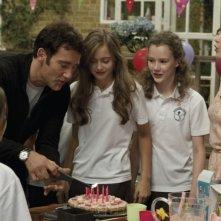 Clive Owen in una scena di Intruders insieme alla giovane Ella Purnell e a Carice van Houten