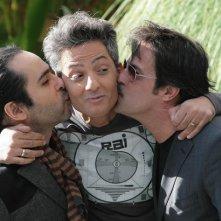 Fiorello viene baciato dai suoi collaboratori Marco Baldini ed Enrico Cremonesi durante la presentazione dello show Il più grande spettacolo dopo il week end